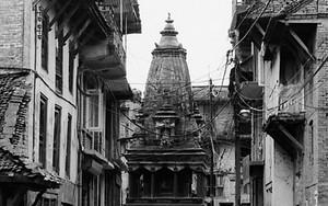 前方にはヒンドゥー寺院