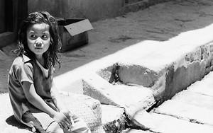道端の少女とアヒル
