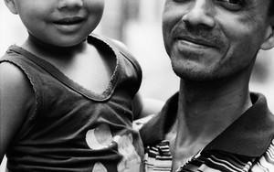 微笑む父と子