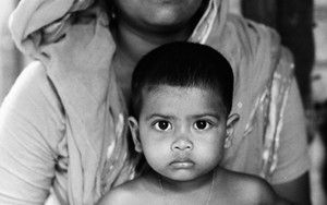 息子を抱える穏やかな顔の母