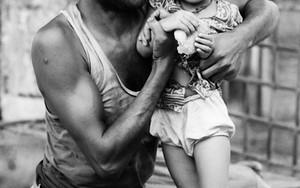 笑顔の父親と怪訝な顔の子ども