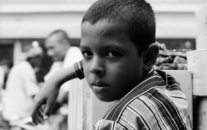 道端にいた男の子の視線