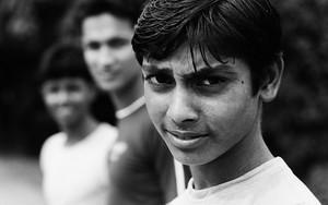 若者の挑発的な視線