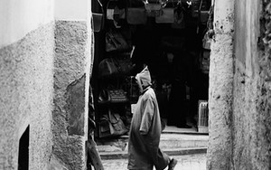 ジュラバを着た男が歩いていた
