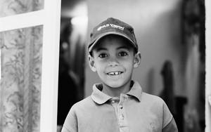 楽しそうな野球帽の少年