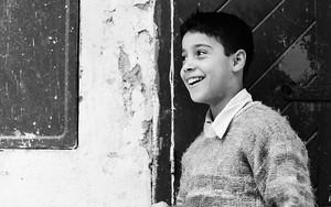 セーターを着た微笑む男の子