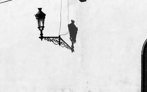 街灯の周りの人影