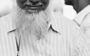 鋏と立派な白い髭