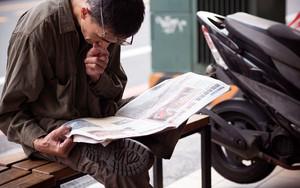 新聞と眼鏡と男