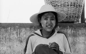 麦わら帽子を被った若い女性