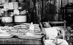 屋台の店先で昼寝