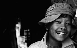 帽子を被った少年が笑った