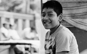 腰掛けていた男の子の微笑