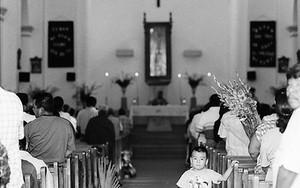 教会の中の少年