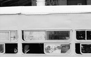 バスの窓は開いていた