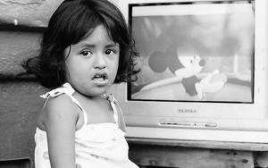 女の子と画面の中のミッキーマウス