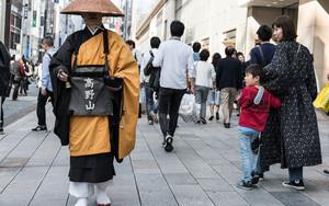 人混みの中の僧侶