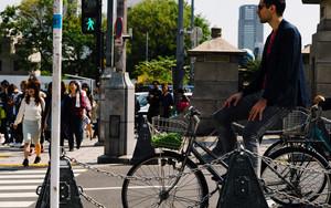 信号待ちをする自転車