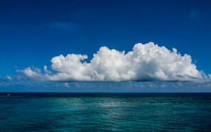 水平線に大きな雲