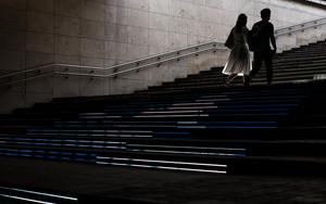階段を登るカップル