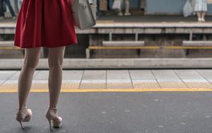 プラットフォームの赤いスカート