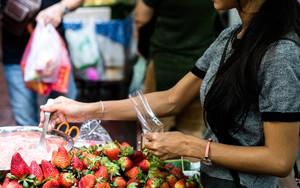 苺を売る女性