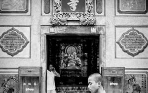 境内を歩く若い僧侶