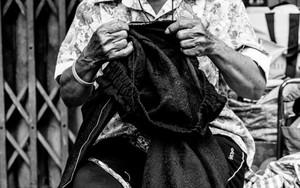 縫い物をする老婆