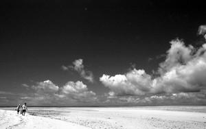 コンドイ浜を歩く二人