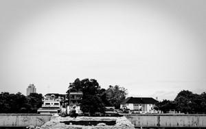チャオプラヤー川を眺める人影