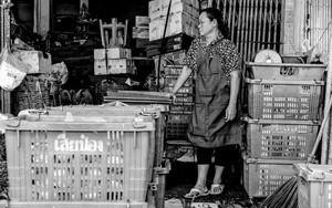 籠と籠の間に立つ女性