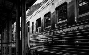 列車の中の険しい目付き