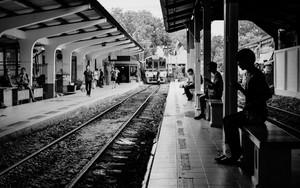 列車を待つシルエット
