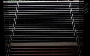 階段の上の老夫婦