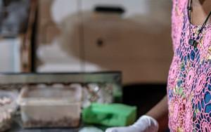 クーンを作る女性