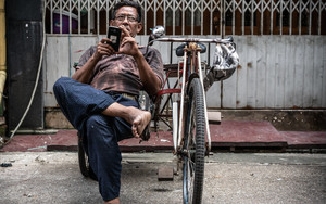 Pedicab Driver And Smartphone