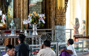 Smartphone In Sule Pagoda