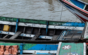 ヤンゴン川の木製のボート
