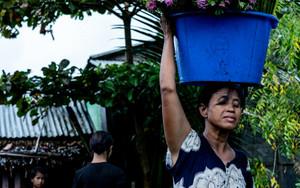花を運ぶ女性