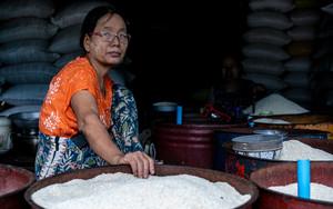 米を売る女
