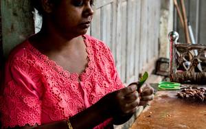 キンマの葉を持つ女性