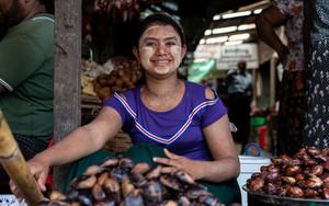 栗を売る若い女性