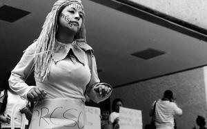 踊るドレッドヘアの女