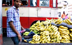 バスターミナルでバナナを売る男