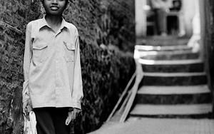 路地裏の階段に立つ少年