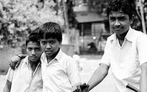 道端で行き会った三人の男の子