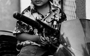バイクに跨った幼い男の子