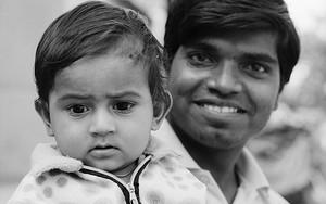 笑顔の父と困惑気味の息子