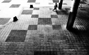 女性と四角形と柱