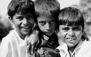 顔を寄せ合う三人の男の子